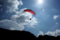 Paraglider de encontro à luz do sol Fotografia de Stock Royalty Free
