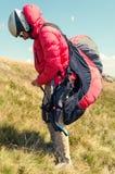 Paraglider do homem que prepara-se para o voo seguinte Fotografia de Stock Royalty Free