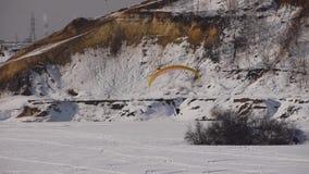 Paraglider do motor no inverno filme