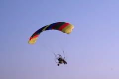 Paraglider do vôo no céu Foto de Stock