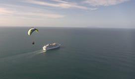 Paraglider e navio de cruzeiros no oceano Fotos de Stock Royalty Free