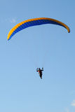 Paraglider i den blåa himlen Arkivbild