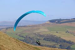 Paraglider i den Neath dalen royaltyfri fotografi