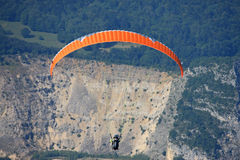 Paraglider i fjällängarna Arkivbild