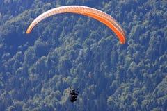 Paraglider i fjällängarna Royaltyfri Fotografi
