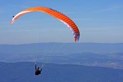 Paraglider i fjällängarna Arkivfoto