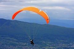Paraglider i fjällängarna Royaltyfria Bilder