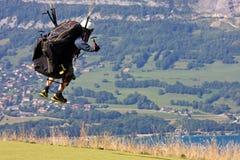 Paraglider i fjällängarna Fotografering för Bildbyråer