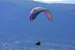 Paraglider i fjällängarna Arkivfoton