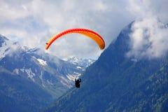 Paraglider i fjällängarna Royaltyfri Foto