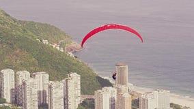 Paraglider i flykten arkivfilmer