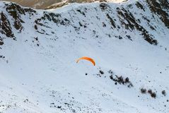 Paraglider i góry obrazy stock