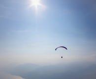 Paraglider i himlen över fjällängarna Arkivbilder
