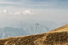 Paraglider i himlen över fjällängarna Royaltyfria Bilder