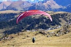 Paraglider i luften arkivfoton