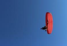 Paraglider i pasażer na czerwonym paraglider z silnikiem latamy Fotografia Stock