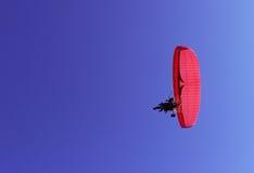Paraglider i pasażer na czerwonym paraglider z silnikiem latamy Fotografia Royalty Free