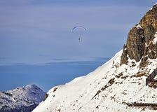 Paraglider i schweiziska fjällängar Arkivbilder