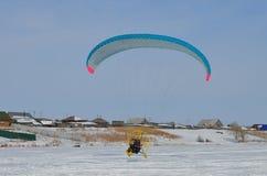 Paraglider i skyen Arkivfoto