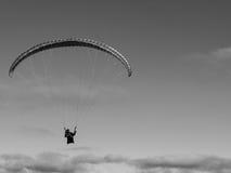 Paraglider i skyen Arkivbilder