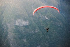 Paraglider lata nad Aurlandfjord, Norwegia Obraz Stock