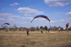 Paraglider lata przeciw t?u pola, ziemia na widok paragliding fotografia royalty free