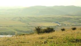 Paraglider latanie przy zmierzchem zbiory