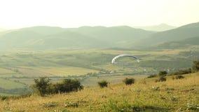Paraglider latanie przy zmierzchem zdjęcie wideo