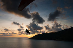 Paraglider latanie przy zmierzchu czasem przy brzeg Fotografia Royalty Free