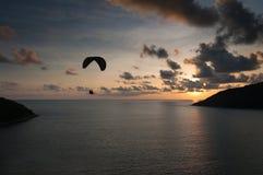 Paraglider latanie przy zmierzchu czasem przy brzeg Obrazy Stock