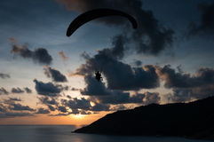 Paraglider latanie przy zmierzchu czasem przy brzeg Fotografia Stock
