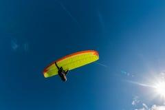 Paraglider med gul vingsikt underifrån Fotografering för Bildbyråer