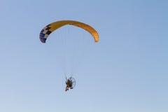 Paraglider med motorn royaltyfria foton