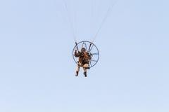 Paraglider med motorn arkivbilder