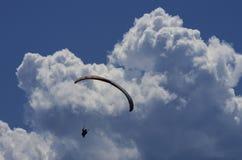 Paraglider med oklarheter och den blåa skyen Royaltyfria Foton