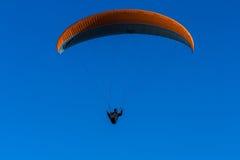 Paraglider mot en blå himmel Royaltyfria Foton