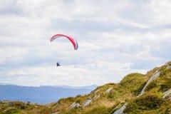 Paraglider na montagem Ulriken Fotos de Stock Royalty Free