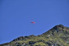 Paraglider nad górami Obrazy Royalty Free