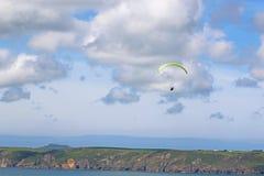 Paraglider nad Newgale zatoka Fotografia Stock