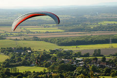 Paraglider nad wsią Fotografia Royalty Free