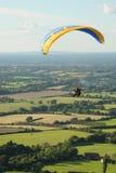 Paraglider nad wsią Anglia Zdjęcie Stock
