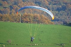 Paraglider nas balizas de Brecon imagem de stock