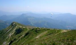 Paraglider nas montanhas Fotos de Stock Royalty Free