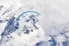 Paraglider nas montanhas imagens de stock royalty free