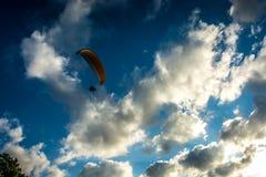 Paraglider no ar Imagens de Stock