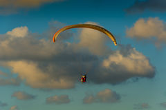 Paraglider no ar Fotografia de Stock