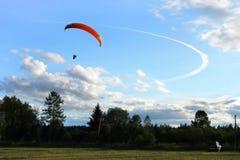 Paraglider no céu Imagem de Stock Royalty Free
