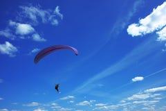 Paraglider no céu Fotografia de Stock