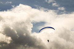 Paraglider no céu Fotos de Stock