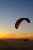 Paraglider no por do sol Imagem de Stock Royalty Free